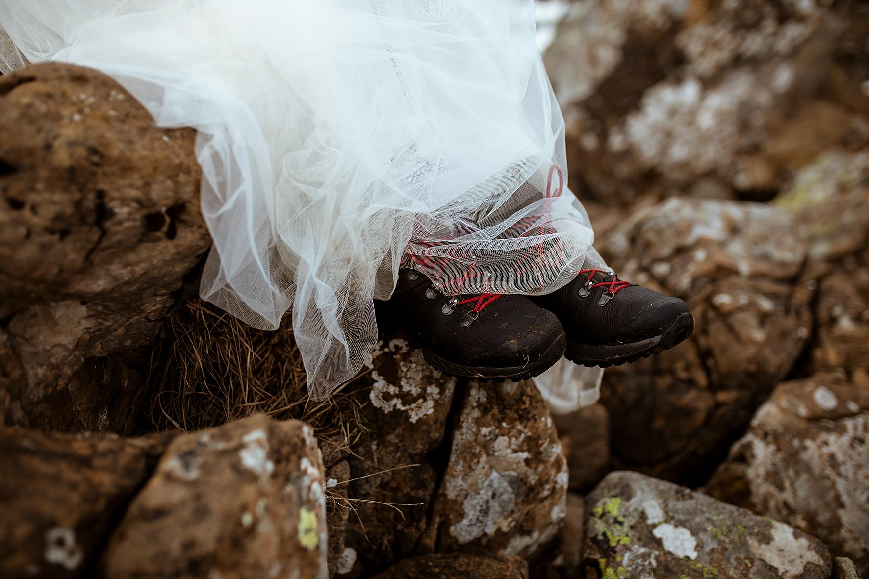 Hochzeitskleid_Wanderschuhe_Felsen_38